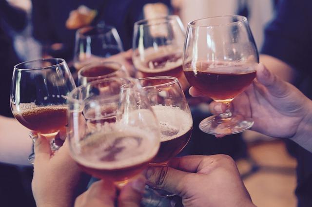 image de personnes qui portent un toast