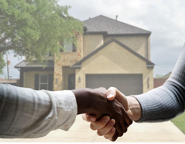 image d'un agant immobilier qui serre la main à son client
