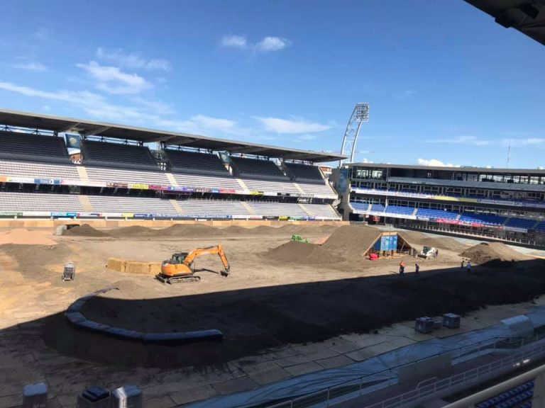 photo de la transformation du stade en piste de Supercross