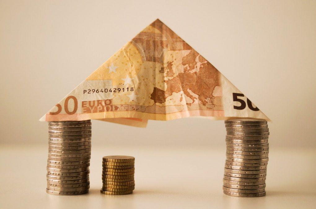 image maison avec billet pour illustrer crédit immobilier en baisse