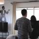 photo de deux personnes en train de visiter un appartement