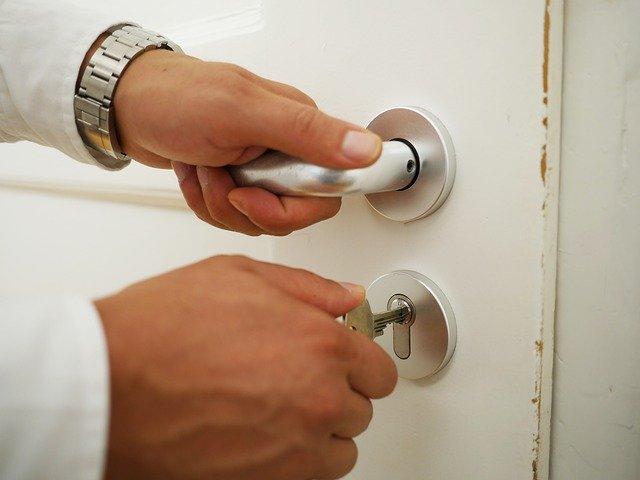 squatt immobilier photo d'une main ouvrant une porte pour expliquer la violation de domicile