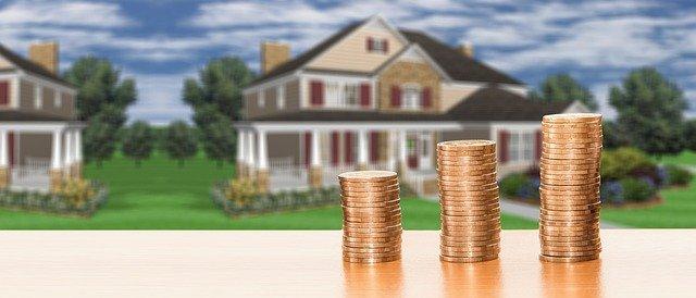 photo maison et pièces de monnaie pour illustrer un article sur la taxe foncière
